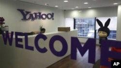 Logo Yahoo di kantornya di Hong Kong.