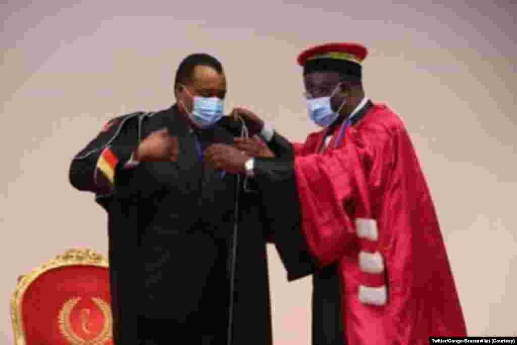 Président Denis Sassou N'Guesso azwi mbano ya Docteur Honoris Causi ya Université Marien Ngouabi, na Brazzaville, 12 novembre 2020. (Twitter/Présidence Congo-Brazzaville)