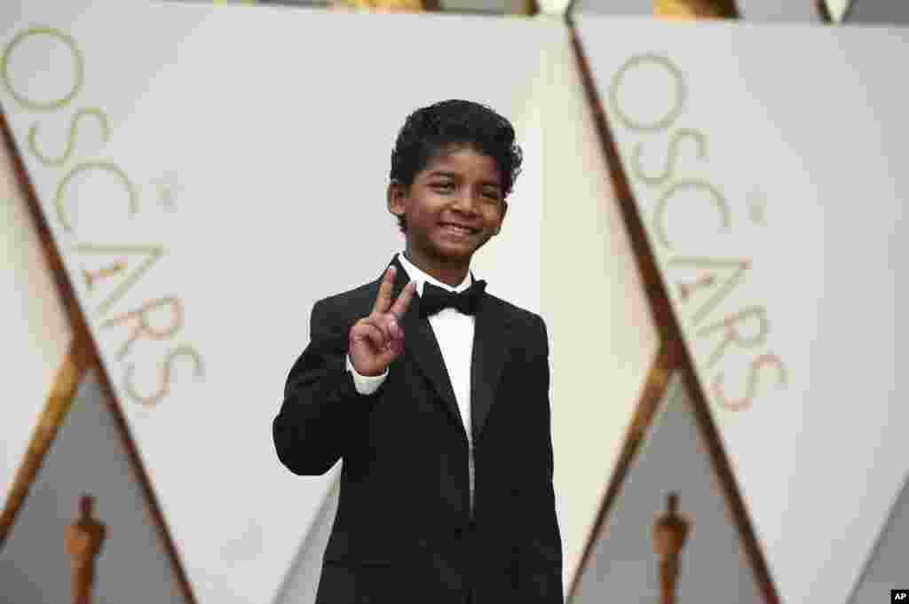 Sunny Pawar llega a los Oscar en el Teatro Dolby de Los Ángeles.