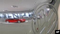 Pantulan gambar mobil Porsche 911 terlihat di badan mobil Volkswagen (VW) Kaefer produksi tahun 1950 (Foto: dok). Porsche secara resmi akan menjadi bagian dari VW 1 Agustus 2012 mendatang.