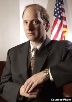 兰多尔•舍内贝克律师(照片来源:Volker Corell)