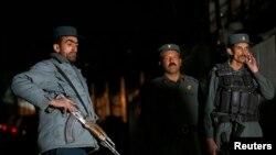 Polisi berjaga-jaga di lokasi ledakan di Kabul, 27 November 2014.