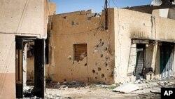 ເຮືອນທີ່ເຕັມໄປດ້ວຍລູກປືນຢູ່ຄຸ້ມ Bira ໃນເມືອງ Misrata ທີ່ໝັ້ນຂອງພວກຕໍ່ຕ້ານລັດຖະບານ ທີ່ຕັ້ງຫ່າງຈາກກຸງຕຣີໂປລີ ໄປທາງກໍ້າຕາເວັນອອກ 120 ຫຼັກກິໂລແມັດ (15 ເມສາ 2011)