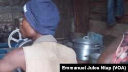 Deux jeunes spécialisés dans les travaux des finitions des cocottes à Yaoundé, le 16 novembre 2017. (VOA/Emmanuel Jules Ntap)