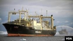 """Kapala penangkap paus Jepang """"diikuti"""" oleh kapal aktivis anti perburuan paus 'Sea Sheperd' (kanan)."""