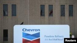 Pintu masuk kilang Chevron yang terletak di dekat Houston Ship Channel, Texas, AS, 5 Mei 2019. (Foto: REUTERS/Loren Elliott)