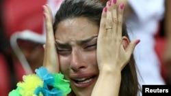 برازیل کی شکست سے دل برداشتہ ایک فین صدمے کی حالت میں۔ 6 جولائی 2018