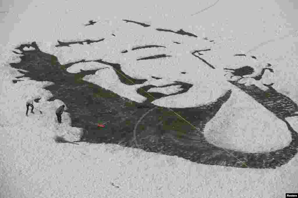 និស្សិតសាកលវិទ្យាល័យបង្កើតរូបភាពរបស់តារា Marilyn Monroe ដោយលុបព្រិលចេញពីទីលានប្រកួតបាល់ទាត់ នៅក្នុងក្រុង Changchun ខេត្ត Jilin ប្រទេសចិន។