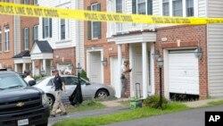 Nhân viên điều tra được nhìn thấy bên ngoài nhà của Nicholas Young, nhân viên Sở Cảnh sát Giao thông Metro, Fairfax, Virginia, ngày 3/8/2016.