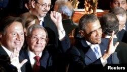 Chủ tịch Cuba Raul Castro (giữa) và Tổng thống Hoa Kỳ Barack Obama tại Hội nghị Thượng đỉnh châu Mỹ ở Panama City, 10/4/2015.