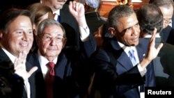په دغه تصویر کې د کیوبا ولسمشر، راول کاسټرو د ولسمشر اوباما ترڅنګ ولاړی دی او خپل لاس یې اوچت کړی دی.