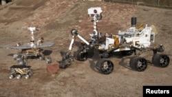 Марсоход Curiosity (справа)