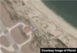 북한 원산 갈마국제공항 활주로 옆 해변가에서 대형 공사가 진행되고 있는 모습이 3월 11일 촬영한 '플래닛' 위성사진에 포착됐다. 반원 모양의 구조물 등 건물의 기초로 보이는 지면이 확인된다. 사진제공=Planet.