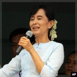 លោកស្រី Aung San Suu Kyi សកម្មជនប្រជាធិបតីរបស់ភូមា ថ្លែងសន្ទរកថានៅក្នុងពិធីសម្ភោធបណ្ណាល័យ Aung San Pinlung នៅជាយក្រុងយ៉ាងហ្គន ភូមា កាលពីថ្ងៃទី២៣ កញ្ញា ២០១១។