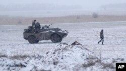 2月16日一名烏克蘭士兵在烏克蘭東部邊境附近。