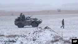 Ukrajinski vojnik izmedju Debaljceva i Aremivska, u istočnoj Ukrajini 16. februar 2015.