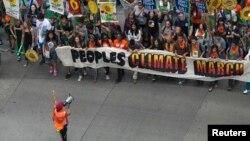 Activistas marchan en Nueva York a favor de la concientización sobre el cambio climático.