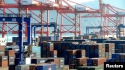 지난달 1일 중국 장쑤성 렌윈강 항에 컨테이너가 쌓여있다.