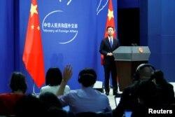中國外交部發言人耿爽在北京的例行記者會上。(2020年3月18日)
