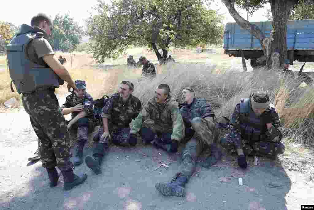 """Бійці батальйону """"Азов"""" на КПП біля міста Маріуполь."""