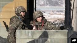 Binh sĩ Nam Triều Tiên canh gác tại một chốt kiểm soát quân sự gần làng đình chiến Bản Môn Điếm ở Paju, ngày 13/12/2013.