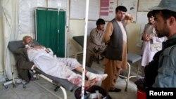 阿富汗北部一座清真寺發生一次自殺爆炸襲擊﹐一名傷者正等候救治。