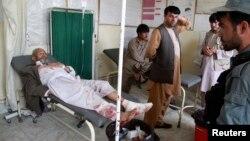 30일 아프가니스탄 북부 아르키 시 지역 이슬람 사원에서 자살폭탄 테러가 발생한 가운데, 부상자들이 병원에서 치료받고 있다.