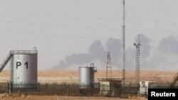 Khói bốc lên trong khu nhà máy sản xuất dầu khí ở Amenas, Ageria hôm 20/1/13. Nhà máy bị tấn công và nhiều nhân viên bị bắt làm con tin