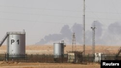 Khói bốc lên từ khu nhà máy khí đốt ở In Amenas trong khi lưc lượng an ninh gỡ mìn quanh khu nhà máy
