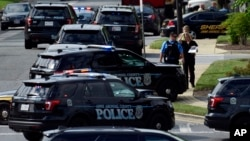 """Policija ispred zgrade u kojoj se nalazi redakcija lista """"Capital Gazette"""" u Anapolisu, Marylandu, 28. jun 2018."""