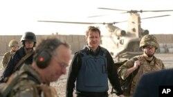 ນາຍົກລັດຖະມົນຕີອັງກິດ David Cameron (ກາງ) ເດີນທາງໄປຢ້ຽມຢາມອັຟການິສຖານ ໂດຍບໍ່ມີການປະກາດ ໃຫ້ຊາບລ່ວງໜ້າ, ວັນທີ 7 ທັນວາ 2010.
