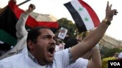 Demo terus berlanjut menyuarakan dukungan bagi anti-rezim di Suriah, seperti yang dilakukan warga Kairo di depan kantor pusat Liga Arab (16/10).