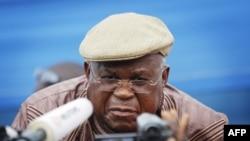 Thủ lãnh đối lập Etienne Tshisekedi nói chuyện với báo giới (ảnh tư liệu ngày 26 tháng 11, 2011)
