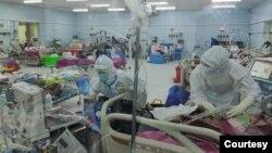 COVID-19 ကုသေရးဌာန၊ ေဖာင္ႀကီးရွိအထူးၾကပ္မတ္ကုသေဆာင္တြင္ လူနာမ်ားကိုကုသမႈေပးေနတဲ့ ျမင္ကြင္း။ (ဓာတ္ပံု - MHSM - ႏိုဝင္ဘာ ၂၆၊ ၂၀၂၀)