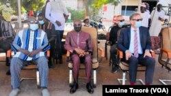 Des autorités du pays aux côtés des musulmans à Ouagadougou, le 20 juillet 2021. (VOA/Lamine Traoré)