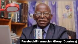 Etienne Flaubert Batanga Mpesa mokeli ya mono mpo na bokono bwa COVID-19 akufi na Kinshasa, 5 mars 2021. (Facebook/Pharmacien Glorry)