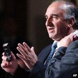 Le mineur chilien Jose Enriquez s'exprimant au Petit-déjeuner national de prière