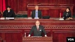 Presiden sementara Tunisia, Fouad Mebazza berbicara di depan Majelis Konstituante di Tunis (22/11).