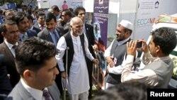 Tổng thống Afghanistan Ashraf Ghani nói chuyện với các đại biểu tại cuộc triển lãm sản phẩm trong Hội nghị hợp tác kinh tế khu vực của Afghanistan (Recca) ở thủ đô Kabul ngày 4/9/2015.