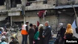 시리아 야르묵 난민촌의 피난민들이 인도적 지원품을 받기위해 기다리고 있다.