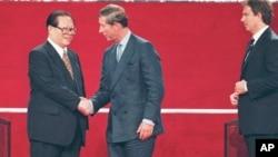 1997年7月1日中国国家主席江泽民、英国王储查尔斯和首相布莱尔参加香港主权移交仪式。