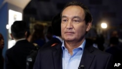 United Airlines CEO Oscar Munoz apologizes profusely to Dr. David Dao and promises that security officers will no longer be used to remove passengers.