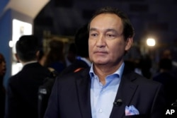 "FILE - United Airlines CEO Oscar Munoz is pictured prior to an interview in New York, June 2, 2016. Munoz said in a note to employees April 11, 2017, that a United flight crew ""followed established procedures"" when a passenger was forcibly removed from an"