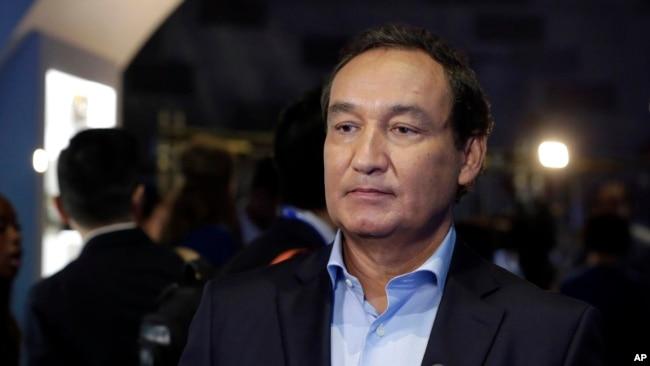CEO của United Airlines, Oscar Munoz, lúc đầu đã không chịu xin lỗi và bị nhiều người ký thỉnh nguyện thư yêu cầu phải từ chức.