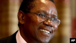 Former Zimbabwean Finance Minster Simba Makoni addresses a press conference in Harare. (AP PHOTO/Tsvangirayi Mukwazhi