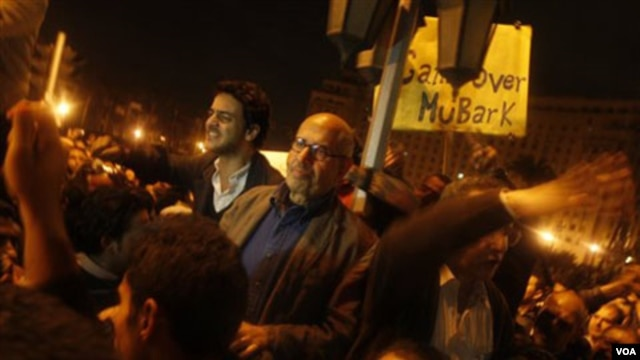 Tokoh reformasi Mesir, Mohamed ElBaradei tiba di Tahrir Square, Kairo, untuk menyampaikan pidatonya, Minggu (1/30).