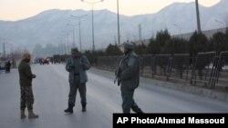 نیروهای امنیتی افغانستان در حال نگهبانی در محوطه ای در کابل که انفجارهای مرگبار رخ داد - ۲۱ دی ۱۳۹۵