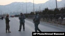 Fuerzas de seguridad afganas montan guardia cerca del sitio de las dos explosiones en Kabul, Afganistán, el martes, 10 de enero, de 2017.