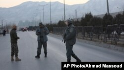 Les forces de sécurité afghanes patrouillent à Kaboul après les attentats le 10 janvier 2017.