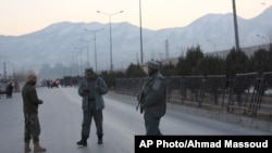 阿富汗保安部队人员守卫在首都喀布尔两次爆炸发生地点附近(2017年1月10日)。